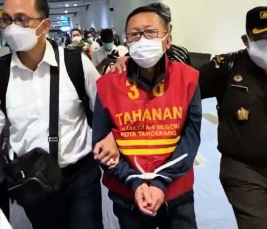 Tangan Diikat dan Berbaju Tahanan, Buronan Adelin Lis Tiba di Indonesia-3
