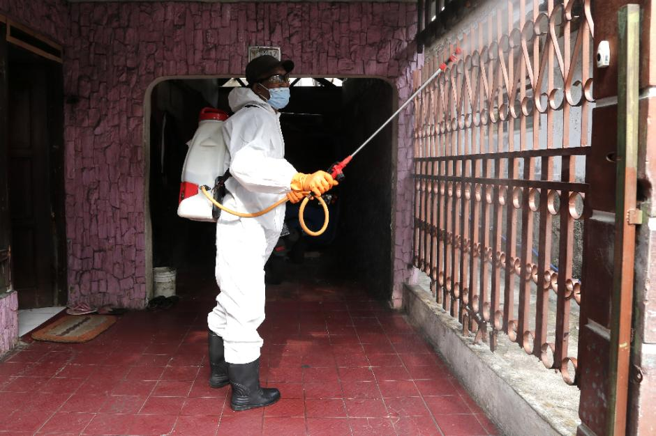 Penyemprotan Disinfektan di Zona Merah RW.03 Kelurahan Sumur Batu-2