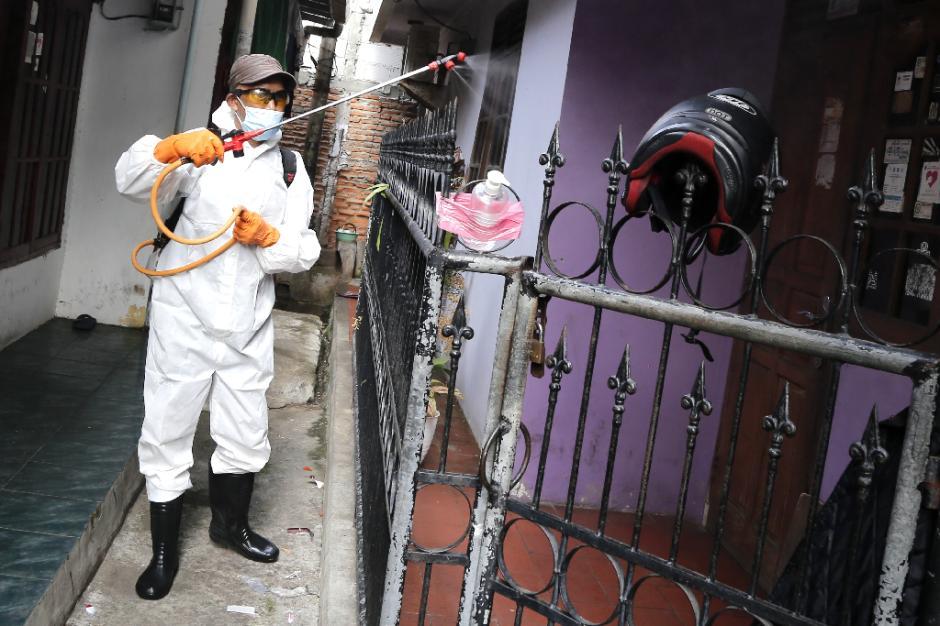 Penyemprotan Disinfektan di Zona Merah RW.03 Kelurahan Sumur Batu-3