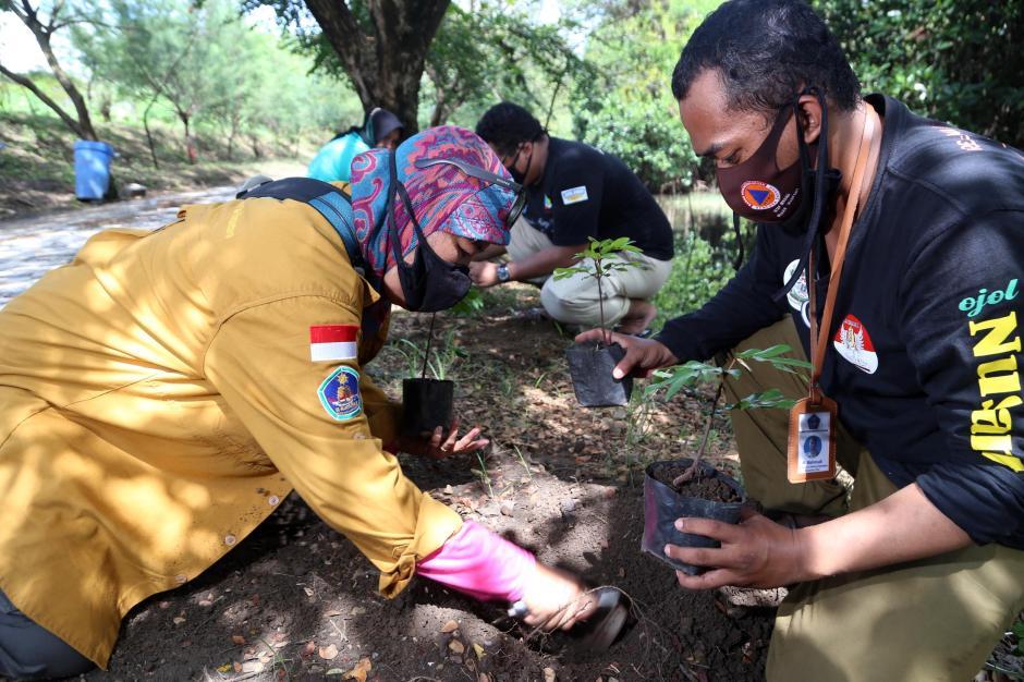 Komunitas Pecinta Alam Tanam Pohon Sapu Tangan-0