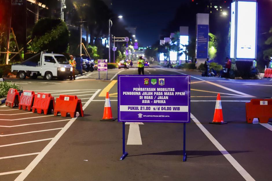 Jalan Asia-Afrika Ditutup Akibat Pembatasan Mobilitas Warga Jakarta-4