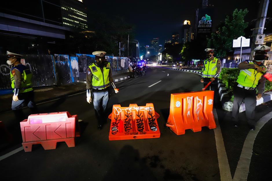 Jalan Asia-Afrika Ditutup Akibat Pembatasan Mobilitas Warga Jakarta-1