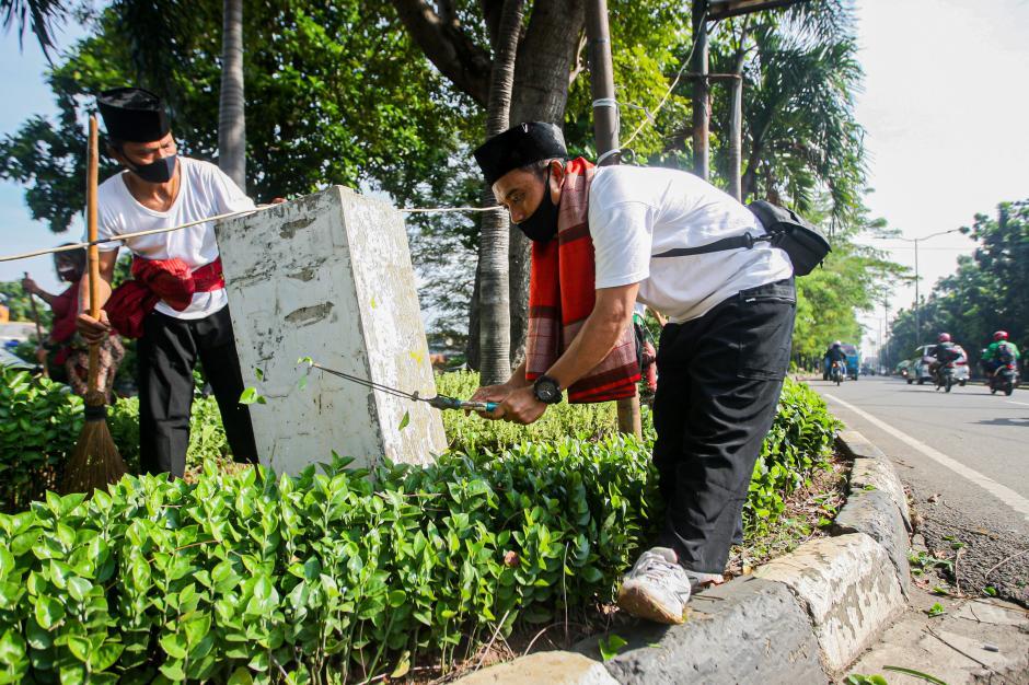 Rayakan HUT DKI ke-494, Petugas Suku Dinas Kehutanan Ciracas Gunakan Pakaian Adat Betawi-0