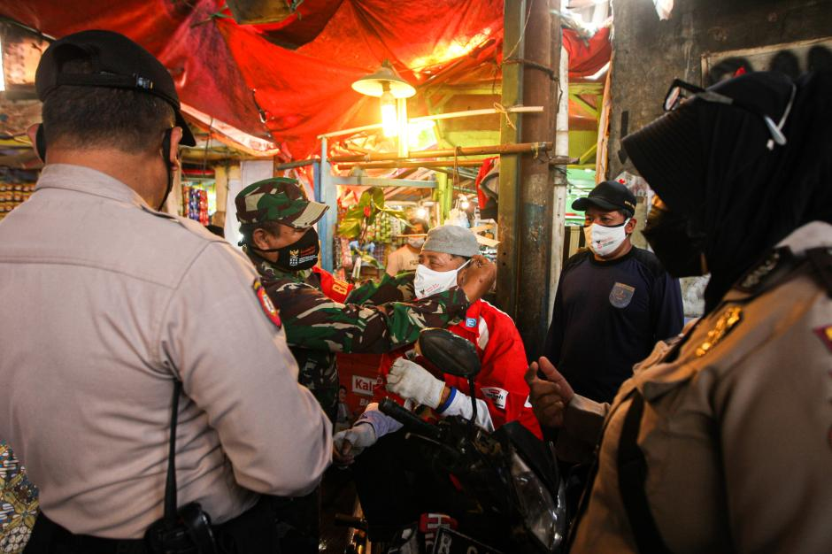 Polisi Grebek Pasar PAL Cimanggis Bagikan Masker dan Ingatkan Prokes-1