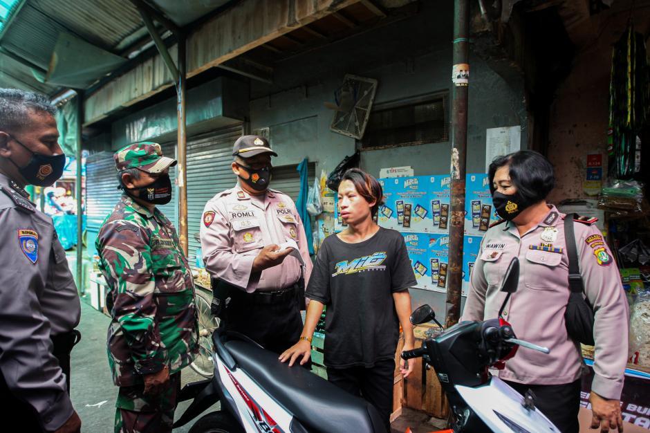 Polisi Grebek Pasar PAL Cimanggis Bagikan Masker dan Ingatkan Prokes-4