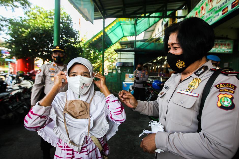 Polisi Grebek Pasar PAL Cimanggis Bagikan Masker dan Ingatkan Prokes-5