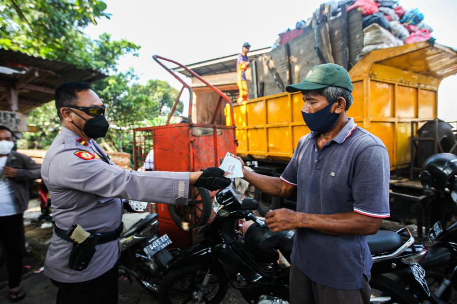 Polisi Grebek Pasar PAL Cimanggis Bagikan Masker dan Ingatkan Prokes-3