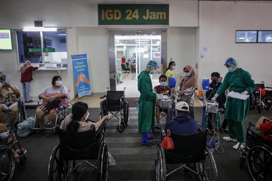 Kamar Perawatan Penuh, Pasien Covid-19 Menumpuk di Luar IGD RSUD Cengkareng-0
