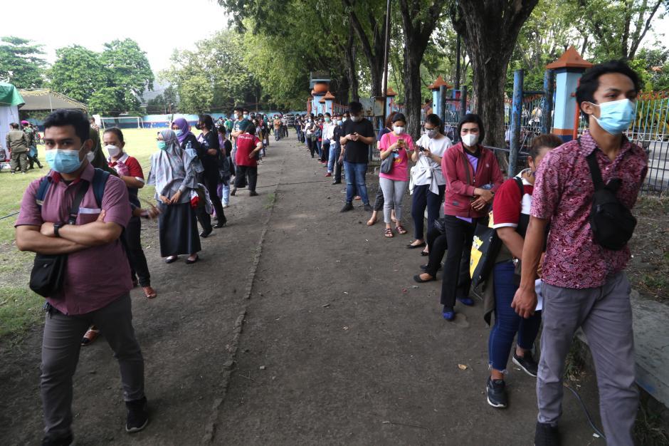 KSAL Tinjau Serbuan Vaksinasi Bagi Masyarakat Pelabuhan di Surabaya-3
