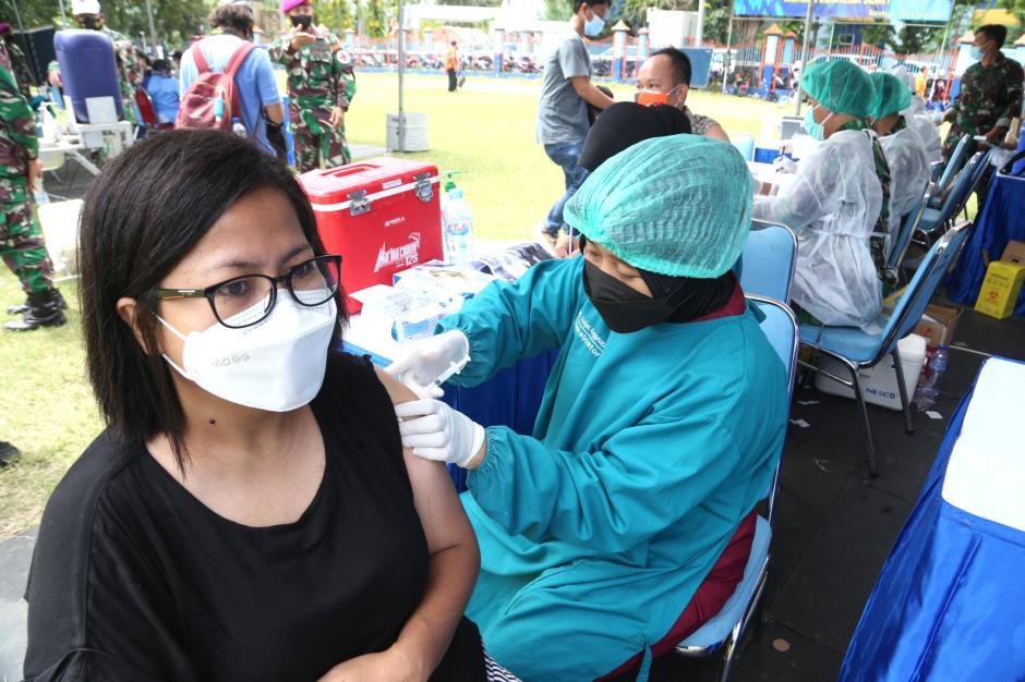 KSAL Tinjau Serbuan Vaksinasi Bagi Masyarakat Pelabuhan di Surabaya-2