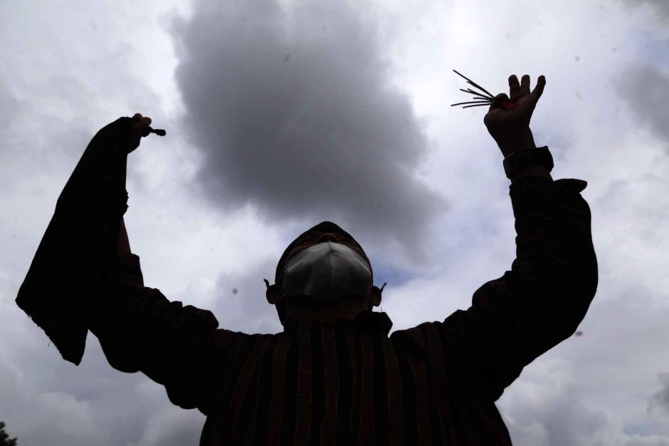Atas Kehendak Ilahi, Begini Potret Aksi Pawang Hujan Mbah Ghofur Geser Awan Gelap-6
