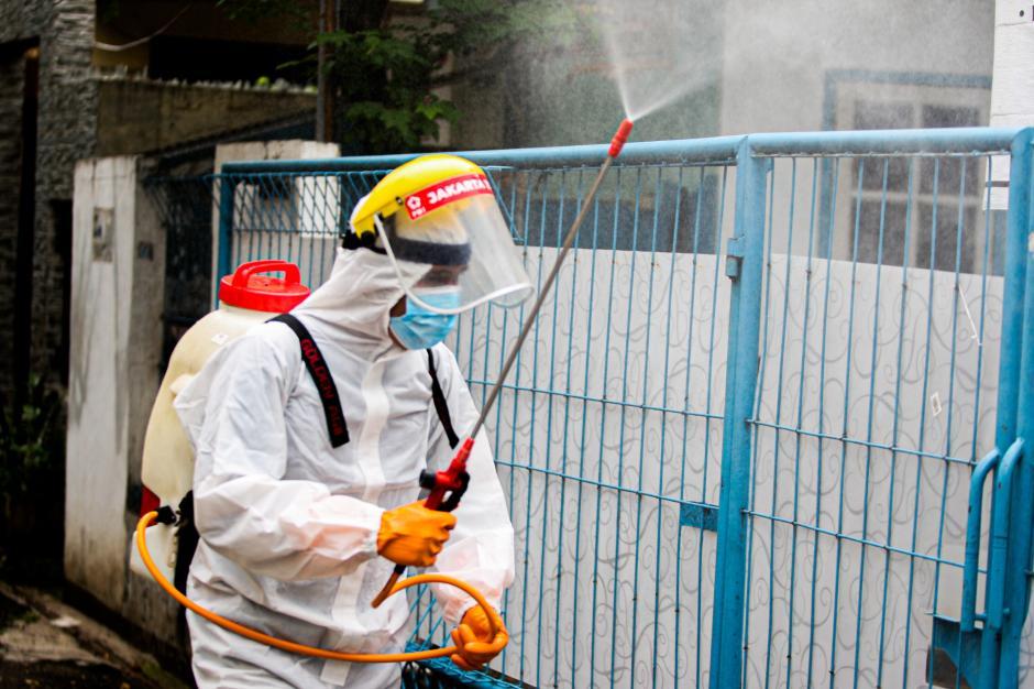 Cegah Covid-19, PMI Jakarta Timur Semprotkan Disinfektan di Rumah Warga-3