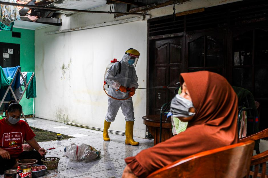 Cegah Covid-19, PMI Jakarta Timur Semprotkan Disinfektan di Rumah Warga-2