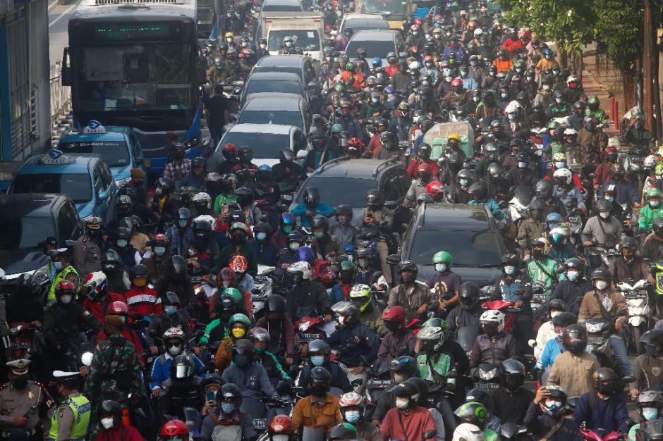 Kemacetan Panjang Akibat Penyekatan di Pos PPKM Darurat Underpass Mampang-6