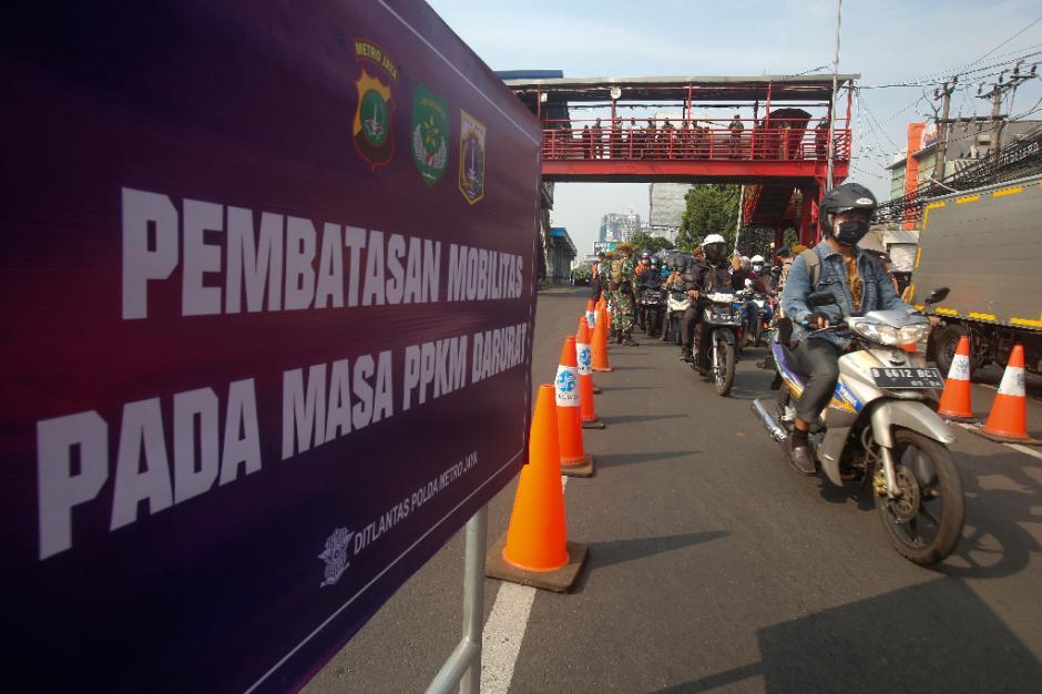 Kemacetan Panjang Akibat Penyekatan di Pos PPKM Darurat Underpass Mampang-5