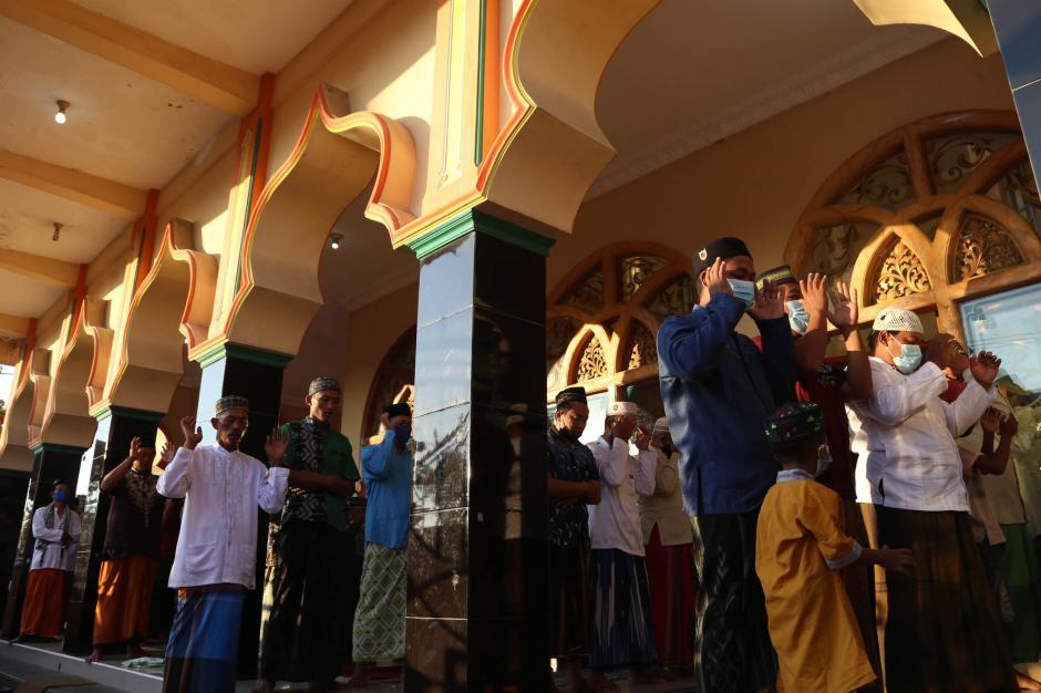 Warga Pesisir Sidoarjo Laksanakan Shalat Idul Adha 1442 H-6