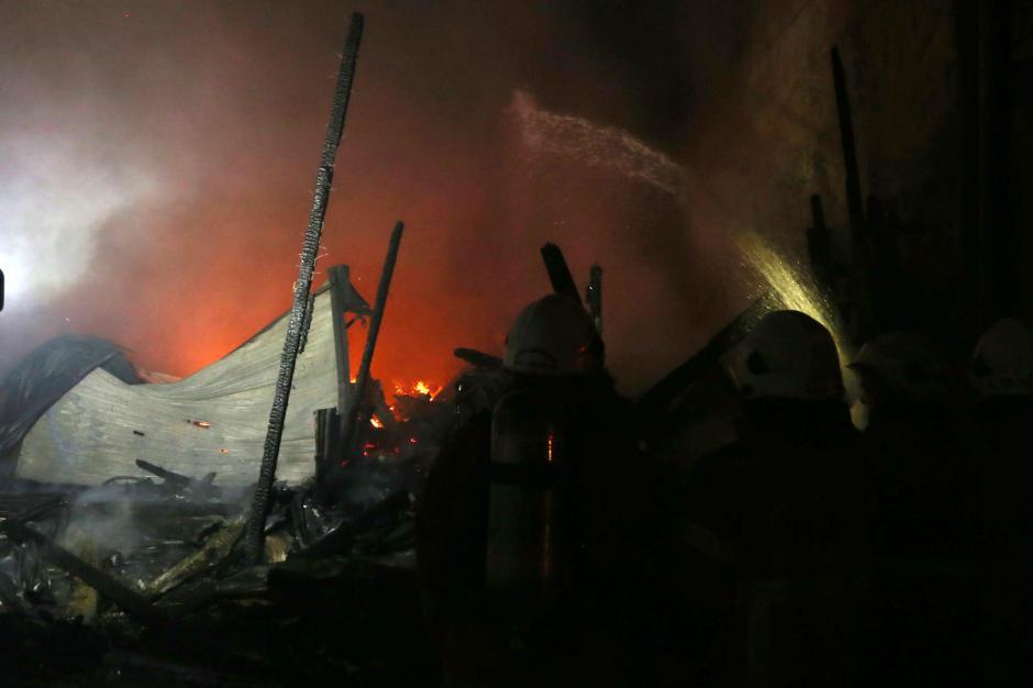 Rumah Petak Semi Permanen di Surabaya Hangus Terbakar-4