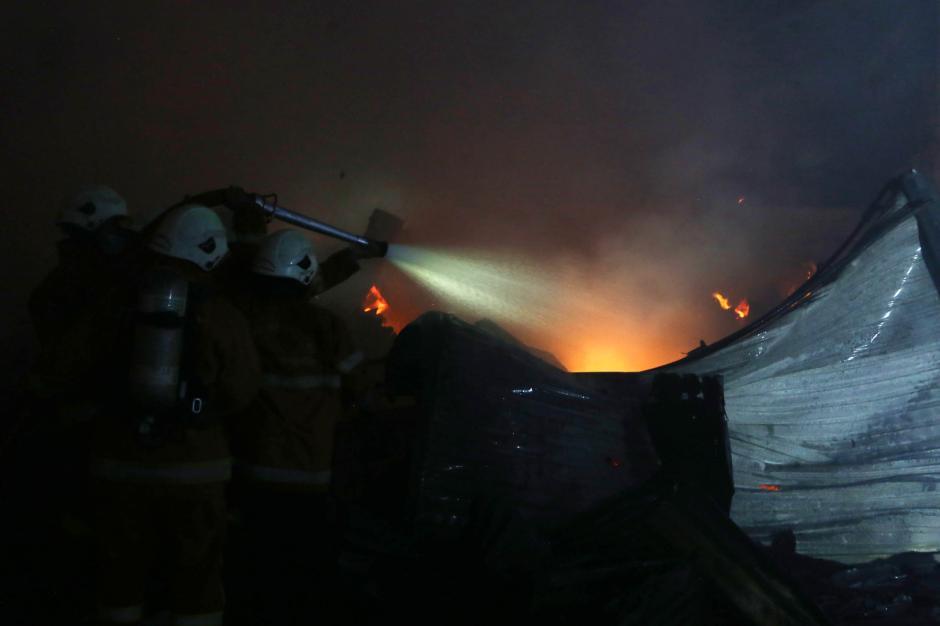 Rumah Petak Semi Permanen di Surabaya Hangus Terbakar-0