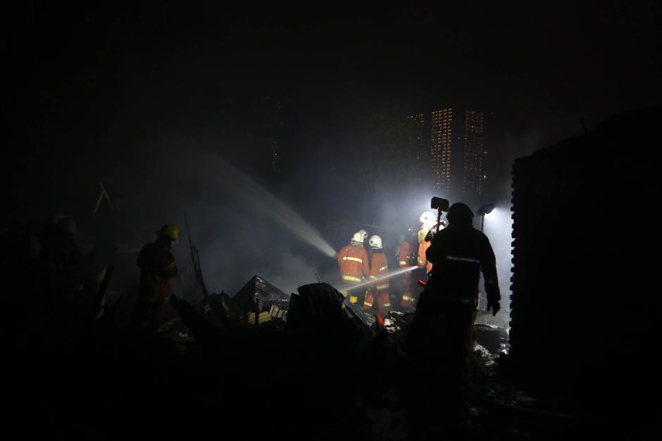Rumah Petak Semi Permanen di Surabaya Hangus Terbakar-1