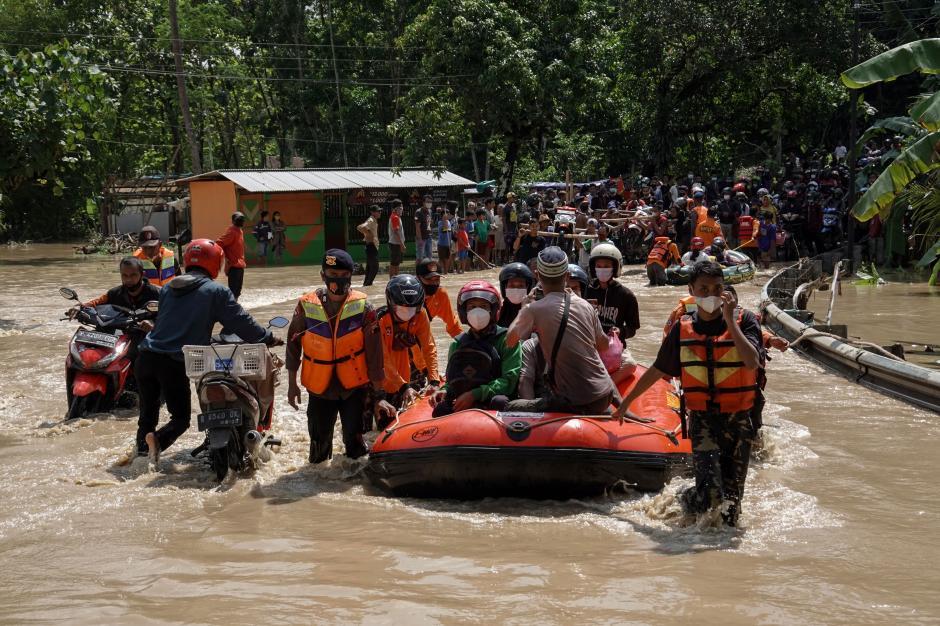 Banjir Genangi Jalan Nasional di Cilacap-0