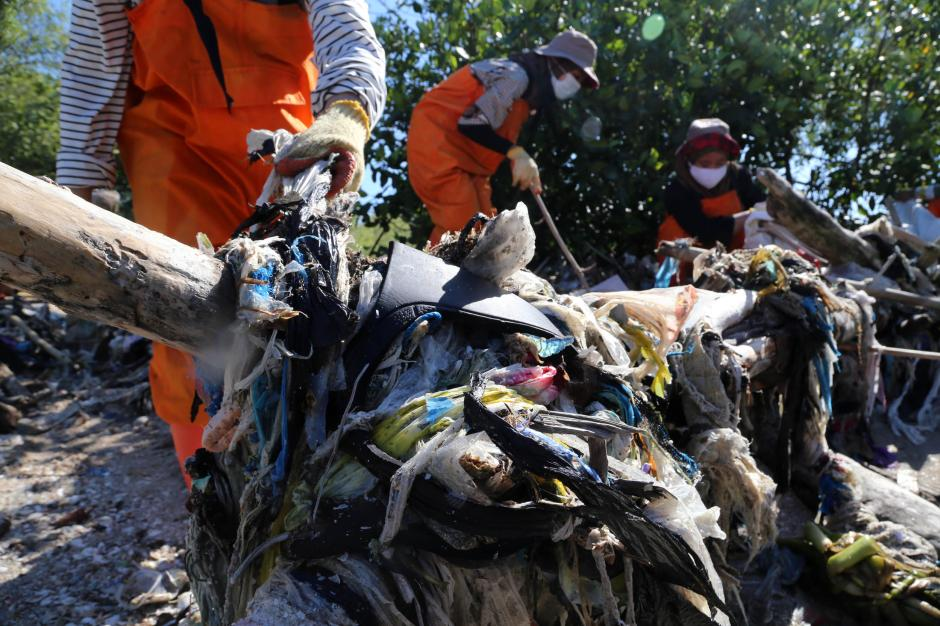 Miris, Sampah Plastik Menumpuk di Pantai Timur Surabaya-6