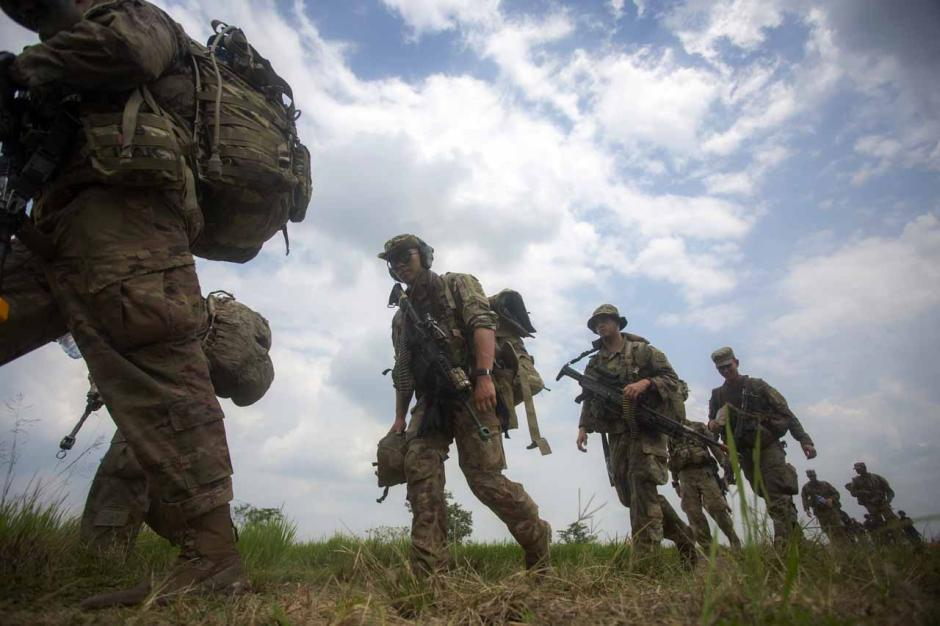 Intip Kekompakan Prajurit TNI AD dan Tentara Amerika Saat Latihan Terjun Garuda Airborne-0