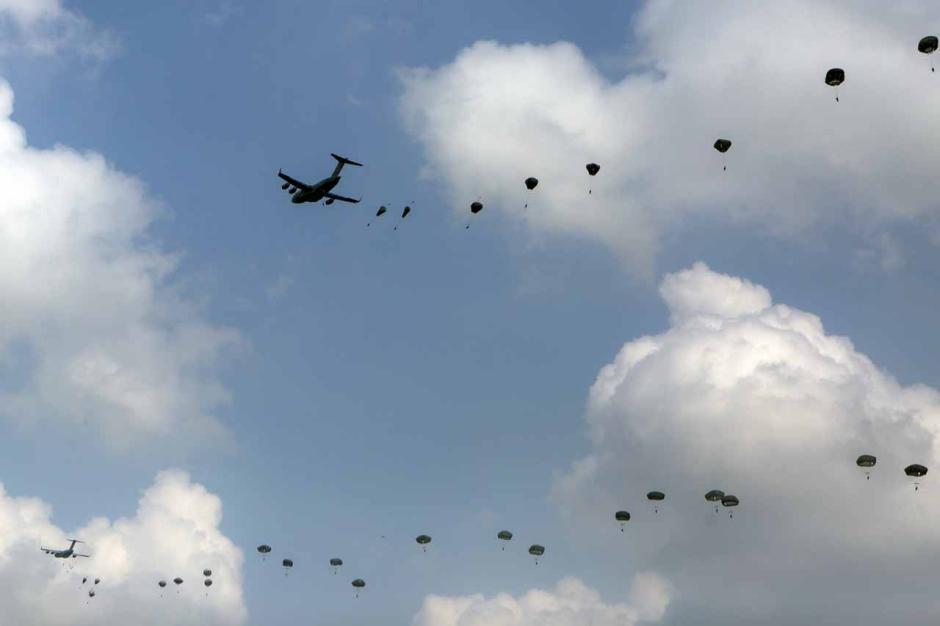 Intip Kekompakan Prajurit TNI AD dan Tentara Amerika Saat Latihan Terjun Garuda Airborne-2