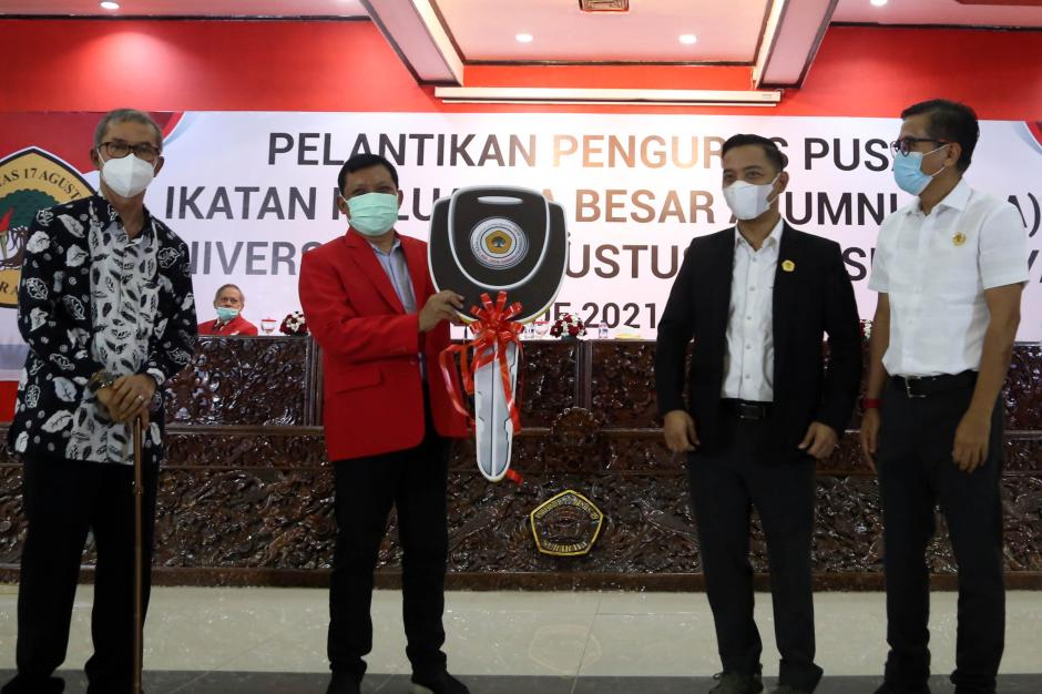 Baru Dilantik, Pengurus Alumni Untag Langsung Sumbang Ambulan Khusus Covid-19 Untuk Surabaya-0