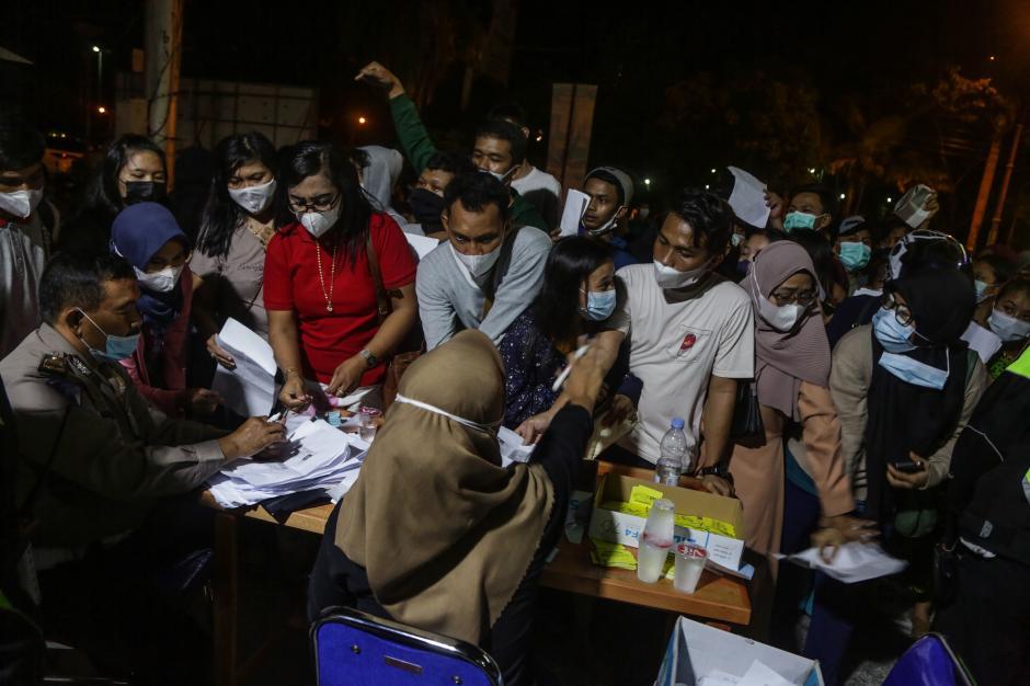 Begini Penampakan Kerumunan Antrean Pendaftaran Vaksinasi di Palangkaraya-0