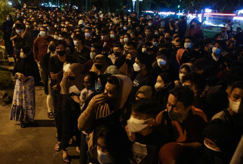 Begini Penampakan Kerumunan Antrean Pendaftaran Vaksinasi di Palangkaraya-4