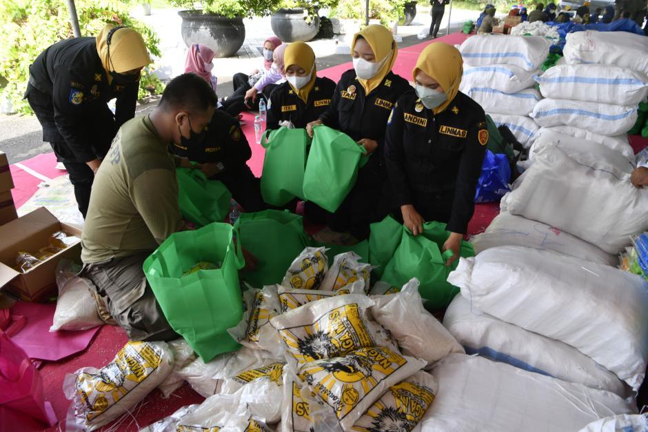 Penyaluran Bantuan Paket Sembako di Surabaya-0